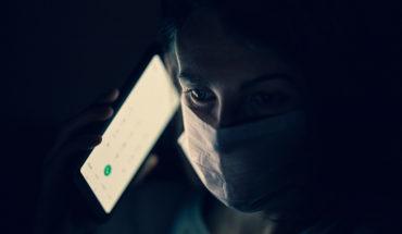 Infodemia. Persona con mascarilla y un teléfono móvil. Foto: engin akyurt (@enginakyurt). Blog Elcano