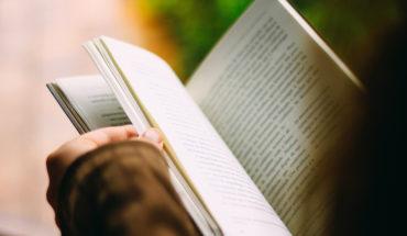 Lecturas para tiempos de desolación. Persona hojeando un libro. Foto: João Silas @joaosilas. Blog Elcano