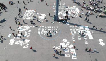 Mujeres pintan el Zócalo con nombres de víctimas de feminicidio