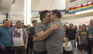 Protestan contra la homofobia en Monterrey con un 'besotón'