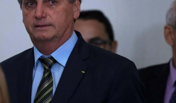 Bolsonaro walks through Brasilia against health recommendations