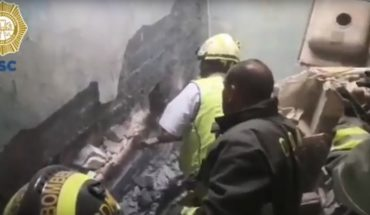 Rescue baby trapped between the walls of a house in Iztacalco