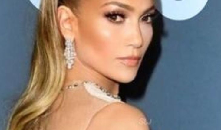 Surprise Jennifer Lopez with natural look from the studio