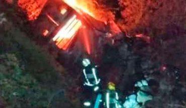 Torton catches fire after falling into a ravine in the Mazatlan-Durango