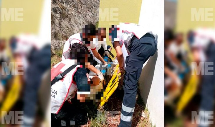 Woman suffers fractures from falling from a fourth floor, in Morelia