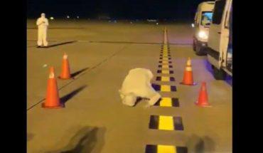 Australiano besa el suelo uruguayo antes de ser repatriado