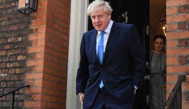 Boris Johnson abandonó la UCI y se mantendrá bajo observación