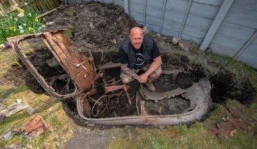 En plena cuarentena se puso a ordenar el patio y encontró un auto enterrado