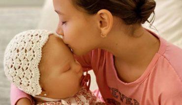 Natalie Weber le regaló a su hija una muñeca con su misma cara