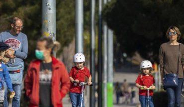 Niños regresan a las calles de España después de 44 días confinados
