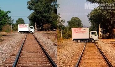 Normalistas bloquean vías del tren en Tiripetío