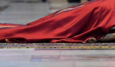 Papa Francisco inicia Pasión de Cristo postrado ante el altar