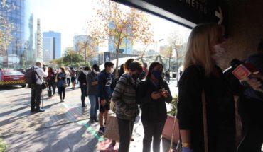 Se registraron largas filas para ingresar al Mall Apumanque que reabrió hoy