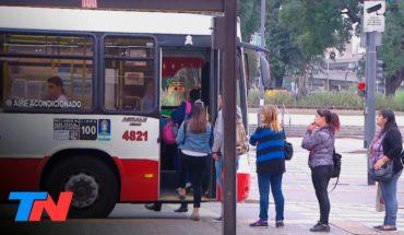 Coronavirus en la Argentina | No se respeta el metro de distancia en las paradas de los colectivos