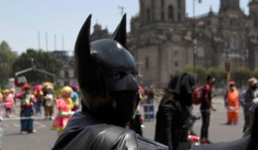 Batman and Superman march on CDMX for help with COVID-19