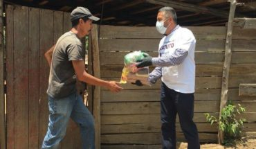 They report that Pátzcuaro officials and workers joined in delivering food support for COVID-19