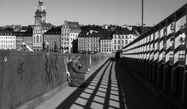 Una persona sin techo en un puente de Estocolmo (Suecia). Foto: Gemma Evans (@stayandroam). Blog Elcano
