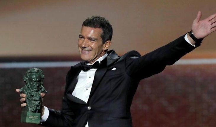 Antonio Banderas salió a correr y se encontró con paparazzis sin tapabocas