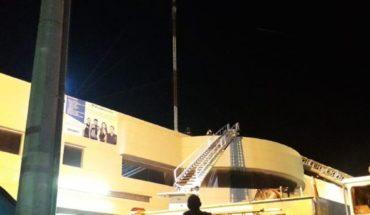 Bomberos rescatan a un hombre de lo alto de una antena en Culiacán