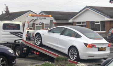 Compró un Tesla, hizo 500 kilómetros y se le cayó el volante