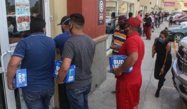 Hombre se contagia de COVID mientras hacía fila para comprar cerveza en Sonora