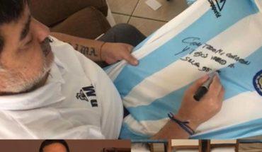Sortearán una camiseta firmada por Maradona a quienes donen fideos y arroz
