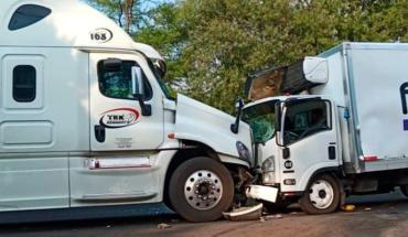 Tráiler se impacta de frente contra camioneta en Tingüindín, Michoacán