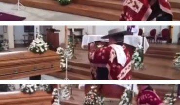 ¿Por qué este hombre baila en el funeral de su esposa? (VIDEO)