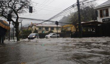 Dos vehículos quedan atrapados por inundaciones en Maipú