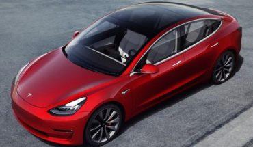 Hace un experimento y carga su Tesla con paneles solares