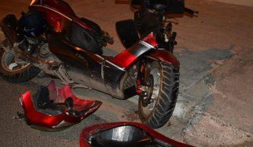 Mujer motociclista choca contra poste en Mazatlán
