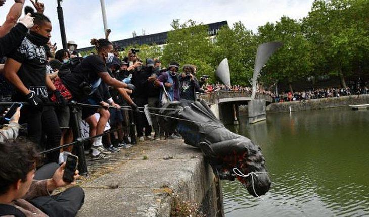 [VIDEO] Derriban y tiran a un río la estatua de un comerciante de esclavos en Gran Bretaña