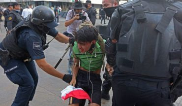 Cops threaten young man to disappear from protesting in Jalisco