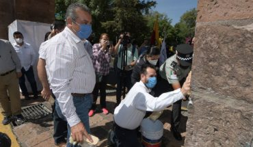 Raúl Morón oversees cleaning of Aqueduct and buildings in conjunction with INAH