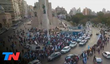 9 de Julio: banderazos en todo el país | Protesta en el Monumento a la Bandera en Rosario