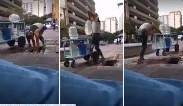 Captan a vendedor de aguas frescas agarrando agua de coladera, en Guadalajara (Video)