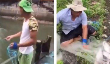 Joven pesca con red y saca decenas de animales siempre al primer intento