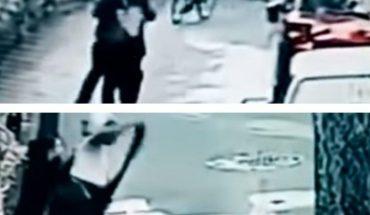 Mujer asaltada persigue y golpea al ladrón en CDMX (VIDEO)