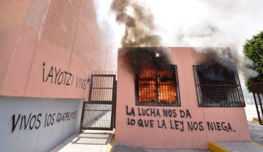 Normalistas se manifiestan en el Congreso de Guerrero por el caso Ayotzinapa