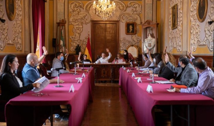 Toma protesta Raúl Morón a Norberto Bedolla como nuevo contralor municipal