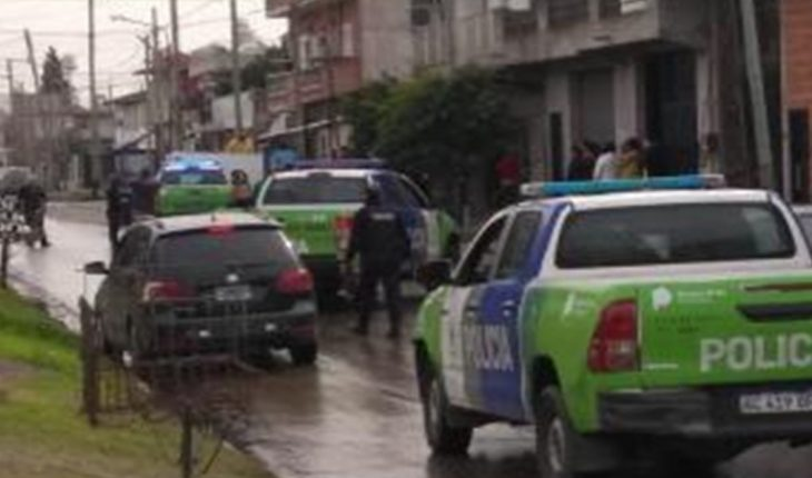 A policeman died after being shot in the head while trying to prevent a robbery