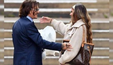 Johnny Depp's fan gave him a bouquet of flowers after leaving the trial