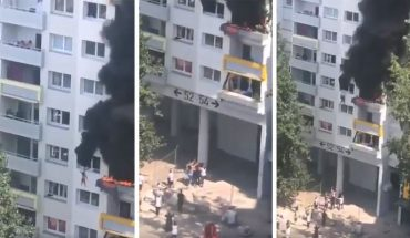Miraculous rescue of two children dropped from a burning apartment (Video)