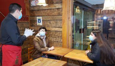Alcaldes de comunas que entrarán a fase de preparación permitirán a los restaurantes tener espacio en las aceras