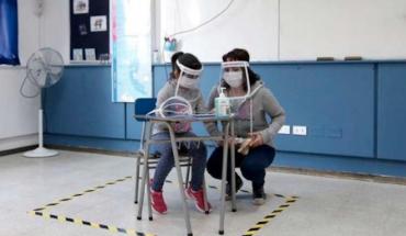 """Colegios reabrirán como """"guarderías"""" exigiendo mascarilla a sus alumnos"""