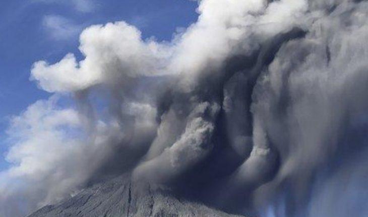 El volcán Sinabung de Indonesia arroja una nueva explosión de ceniza caliente