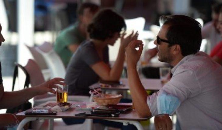 España cierra bares y prohíbe fumar en la calle por rebrote de COVID