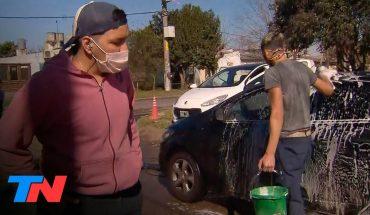 Florencio Varela: tiene 19 años, cobró el IFE y puso un lavadero de autos en la cuadra de su casa