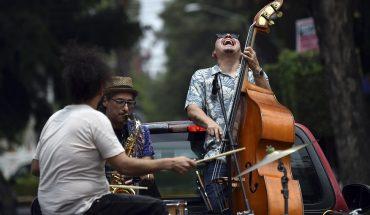 músicos dan conciertos rodantes ante la epidemia