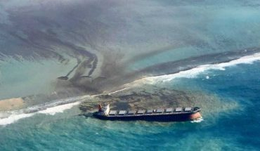 The ship stranded off the paradisiacal coast of Mauritius is split in two